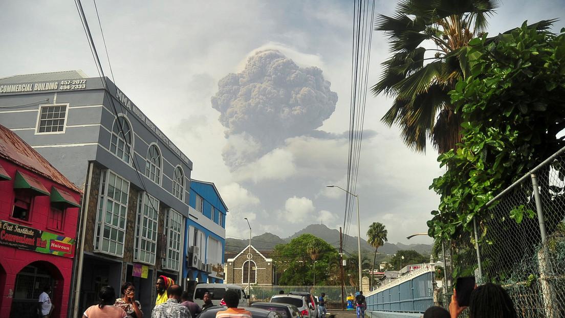 """""""Fase de erupción explosiva"""": Nueva alerta por volcán que causó la evacuación de miles de personas en San Vicente por su primera erupción desde 1979"""