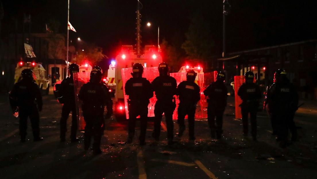 """Dublín insta a """"no volver al lugar oscuro de asesinatos sectarios y discordia política"""" tras la peor violencia en años en Irlanda del Norte"""