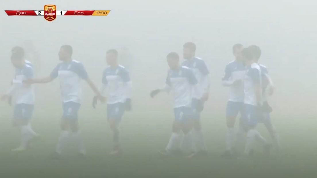 VIDEO: Juegan un partido de fútbol en Rusia pese a que la niebla impide ver y los comentaristas deben guiarse por los gritos de los jugadores