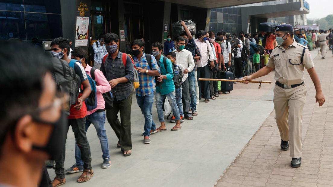 """Castigan a extranjeros en la India obligándoles a escribir 500 veces """"lo siento"""" por violar el confinamiento"""