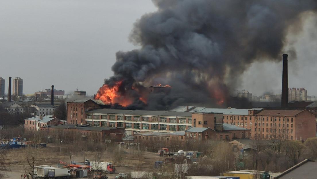 Al menos un muerto en un incendio en una fábrica de San Petersburgo fundada en 1841 (VIDEOS)
