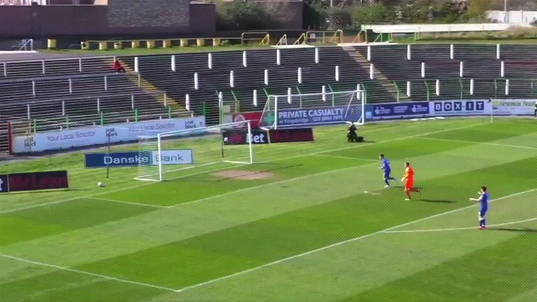 VIDEO: Futbolista del Glentoran anota un gol espectacular con la cabeza a 36 metros del arco