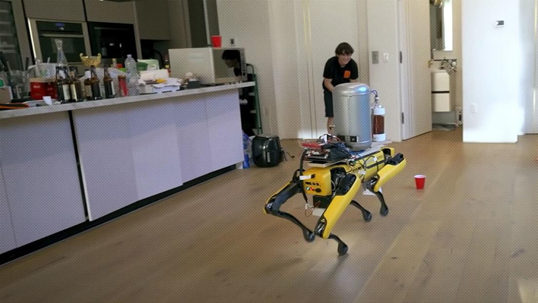 Un 'youtuber' enseña al perro robot de Boston Dynamics a 'orinar' cerveza