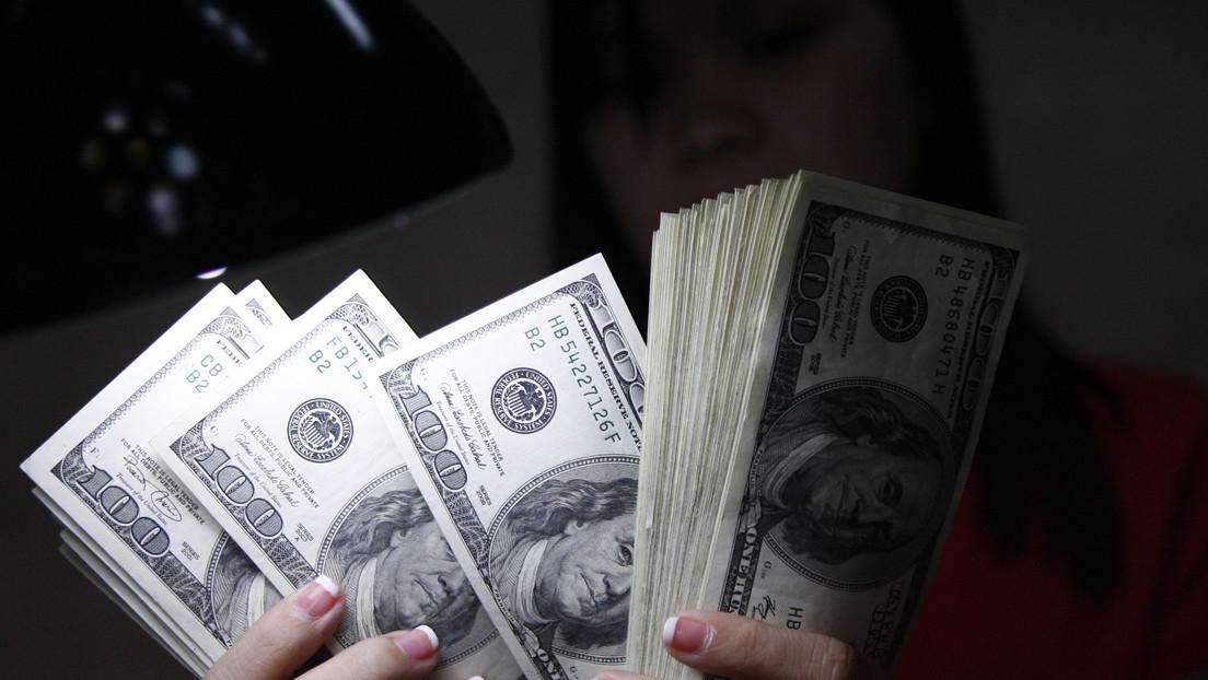 Arrestan a una mujer por negarse a devolver más de un millón de dólares que le fueron transferidos por error