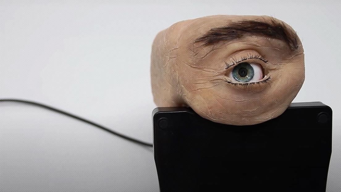 VIDEO: Crean una inquietante cámara web con aspecto de ojo humano que parpadea y sigue con su mirada al usuario