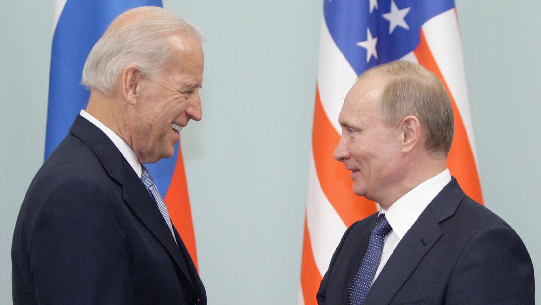 Biden mantiene una conversación telefónica con Putin y propone celebrar una reunión en un tercer país