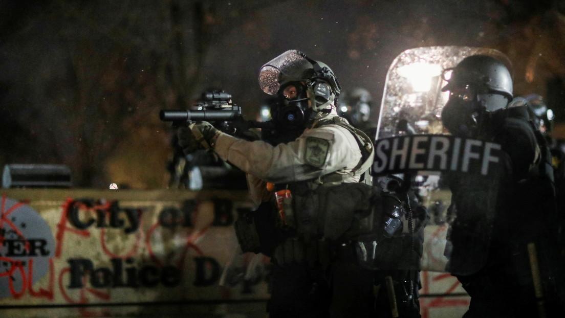 VIDEO: Reportero busca refugio en medio de disparos mientras cubre las violentas protestas por la muerte de Daunte Wright