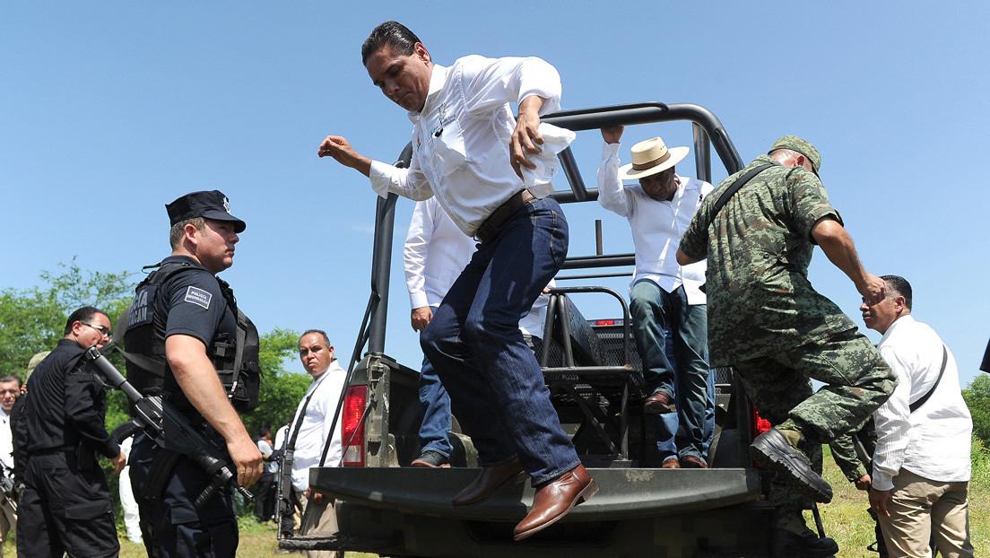 VIDEO: El gobernador de Michoacán, Silvano Aureoles, baja de una camioneta militar para empujar a un manifestante y desata la indignación en redes