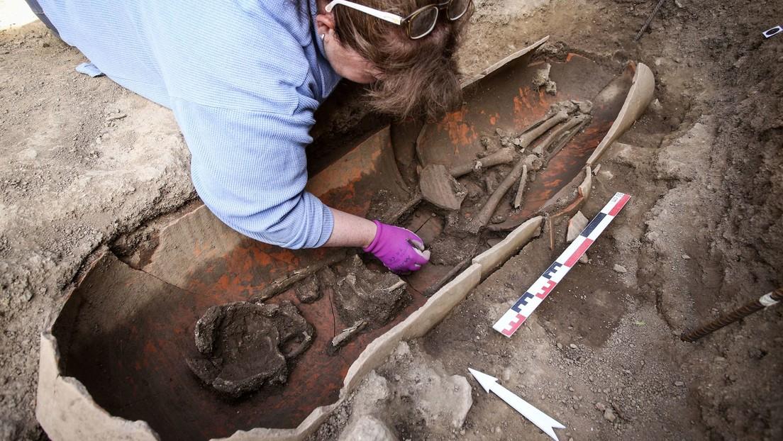 Hallan más de 40 esqueletos enterrados en enormes jarrones de cerámica en una antigua necrópolis de una isla francesa