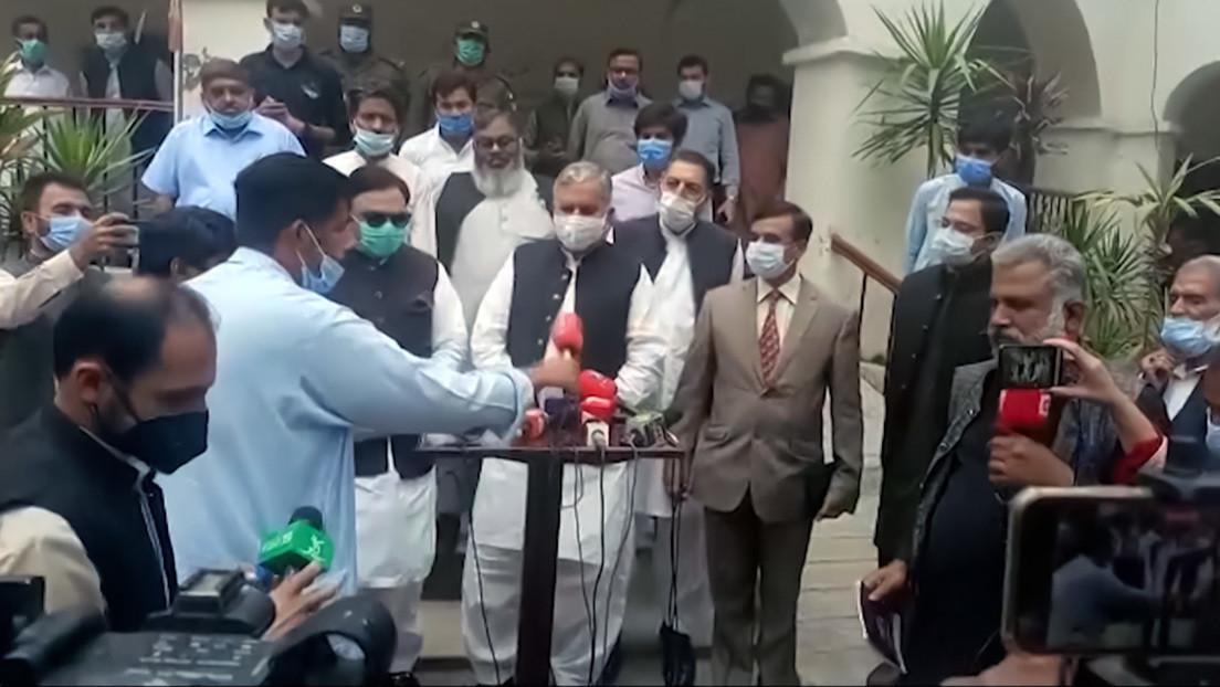 VIDEO: Periodistas boicotean a un ministro y abandonan su rueda de prensa cuando reaparece tras hacerlos esperar dos horas