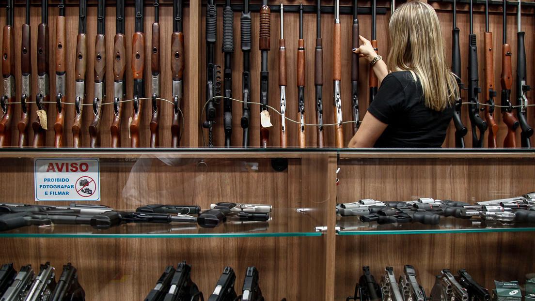 """""""Bolsonaro no ofrece nada que no sean armas"""": Experta brasileña habla sobre los decretos firmados por el presidente en medio de la pandemia"""