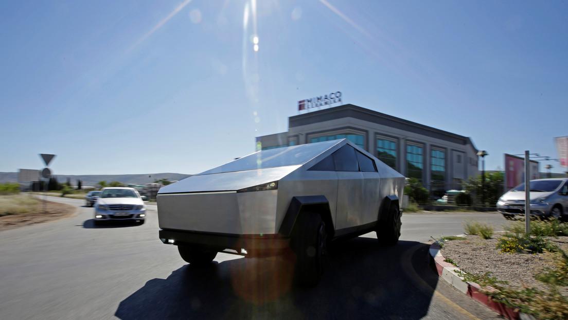 Elon Musk llega en el Tesla Cybertruck a la fábrica donde se producirá el vehículo en masa