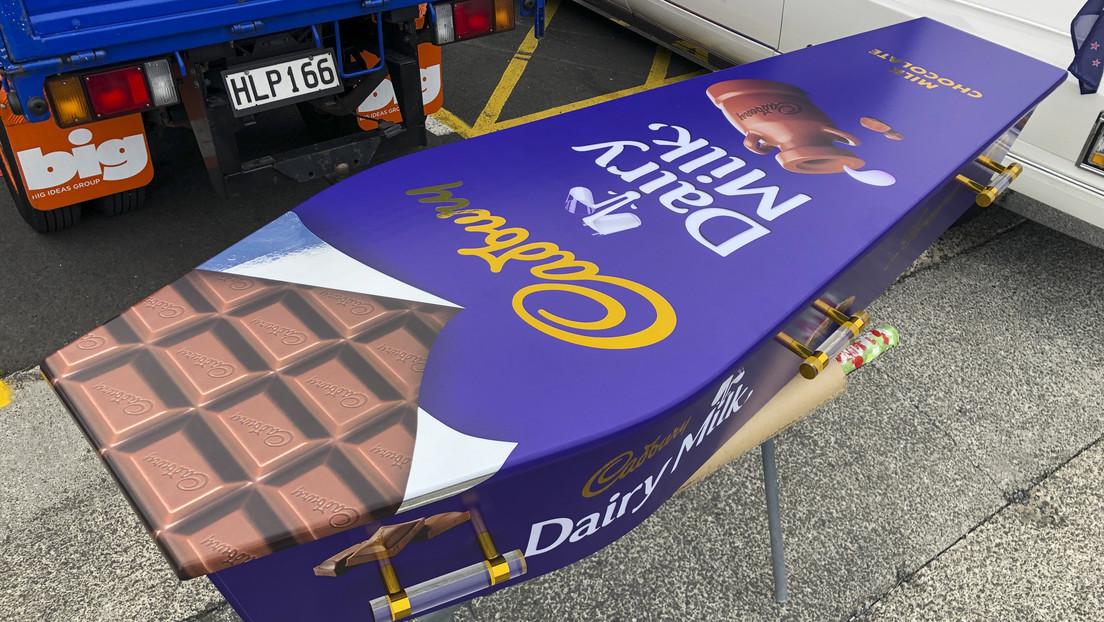 Funerales 'a todo color': un neozelandés fabrica llamativos ataúdes con forma de dónut, velero o tableta de chocolate (FOTOS)