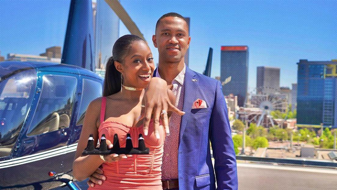 VIDEO, FOTOS: Lleva a su novia en helicóptero a una azotea y le propone matrimonio con un 'menú' de cinco anillos