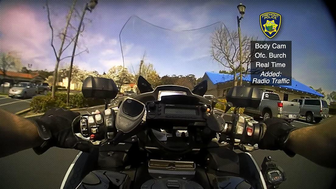 VIDEO: Un delincuente buscado por la Policía intenta robar la moto de un oficial en medio de un impactante tiroteo en EE.UU.