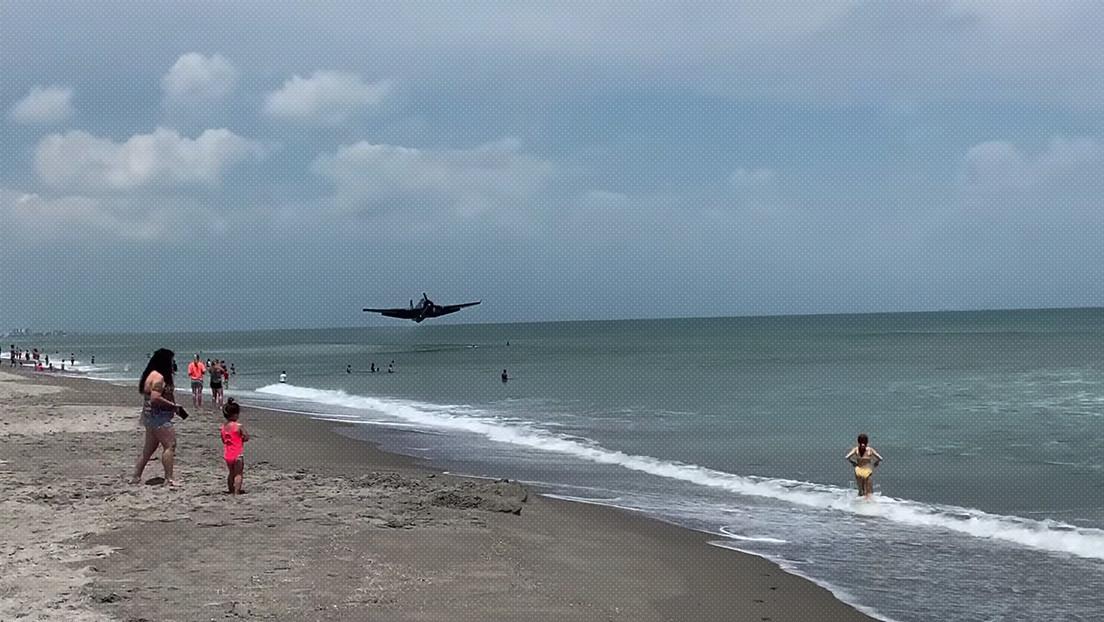 VIDEOS: Un avión de la Segunda Guerra Mundial aterriza en una playa repleta de turistas en Florida