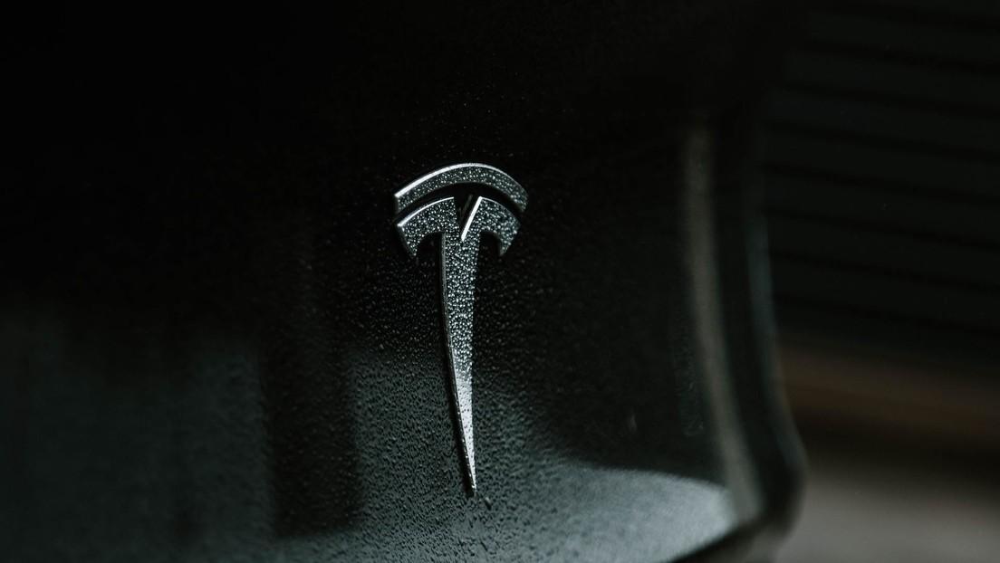 Mueren dos personas en un vehículo Tesla 'sin conductor' que chocó contra un árbol y se incendió de inmediato (FOTOS)