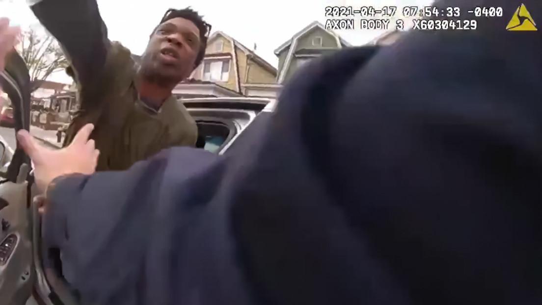 Momento en el que un hombre arroja un producto químico a un policía y se da a la fuga, luego de que le dieran el alto a su automóvil