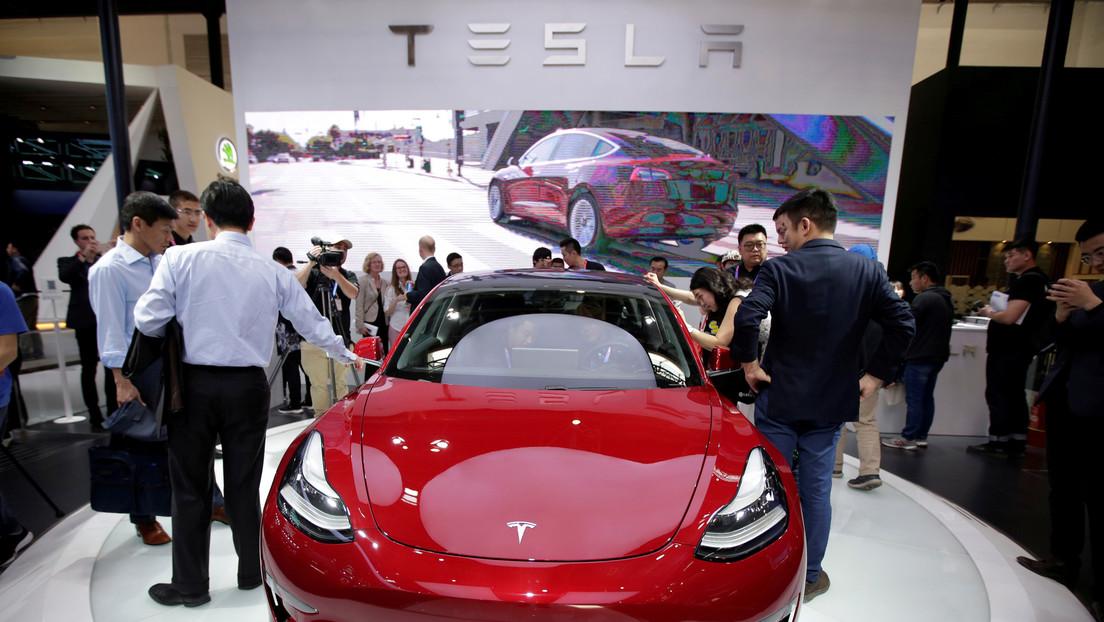 VIDEO: Una usuaria enojada de Tesla se sube al techo de un Model 3 y protesta por su mala calidad en el Salón del Automóvil de Shanghái