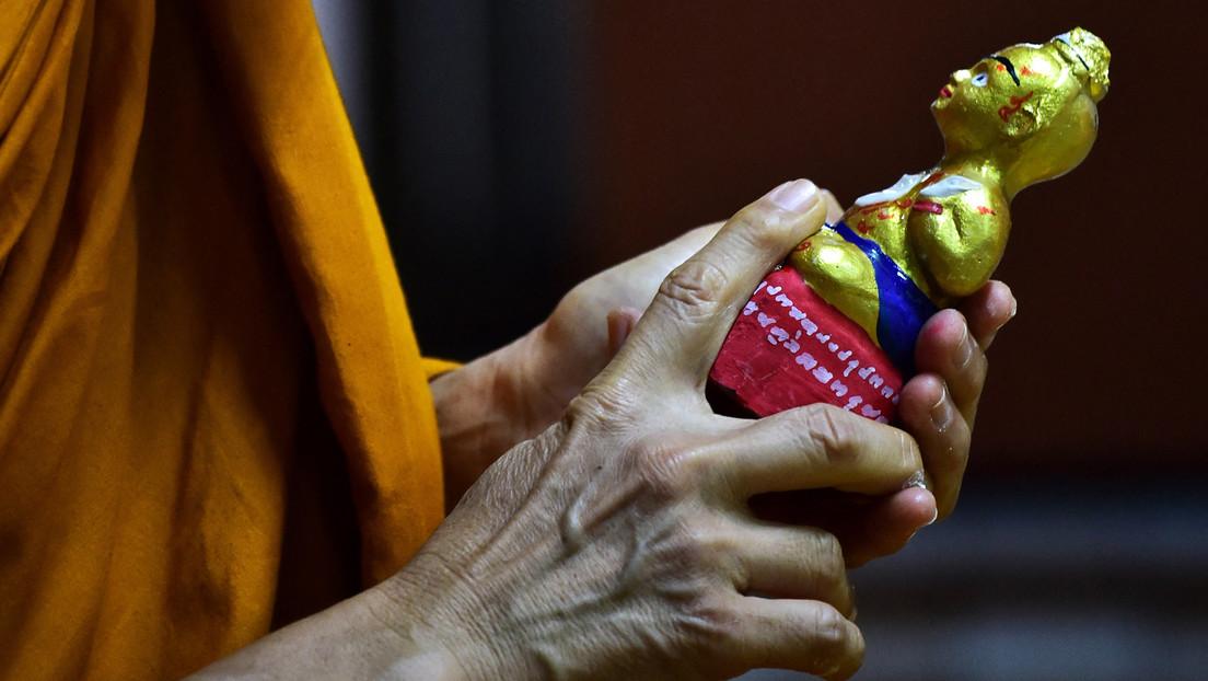 """Monje budista se corta la cabeza con una guillotina para complacer a Buda y reencarnarse en un """"ser espiritual superior"""""""