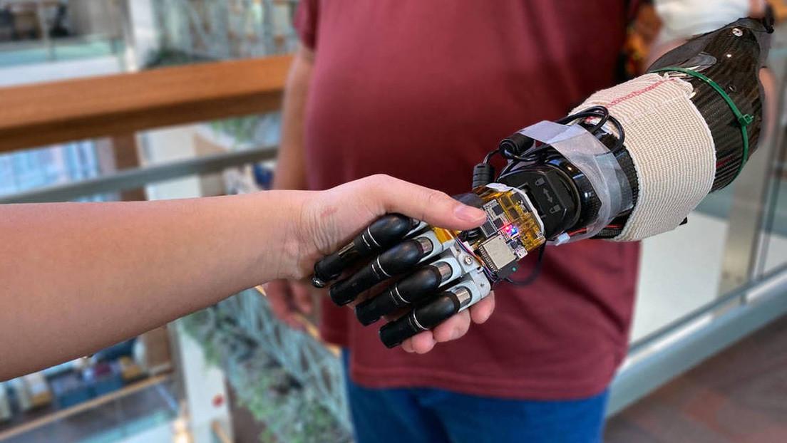 Crean una mano robótica con inteligencia artificial capaz de obedecer órdenes del cerebro y transmitir la sensación del tacto
