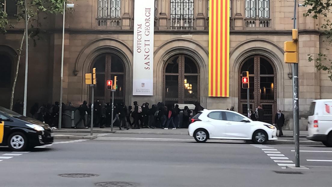 Un grupo de estudiantes ocupa el rectorado de la Universidad de Barcelona