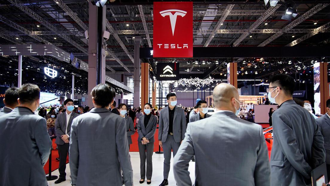 """Internautas critican la """"arrogante"""" respuesta de Tesla a la mujer que protestó por fallos en los frenos durante una feria automovilística en China"""