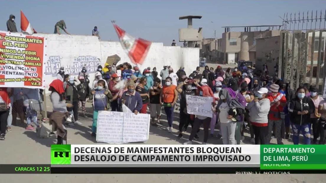 Decenas de manifestantes bloquean el desalojo de un campamento improvisado en Perú