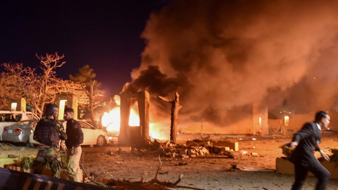 Al menos cinco muertos y varios heridos al explotar un coche bomba frente al hotel que alojaba al embajador de China en Pakistán