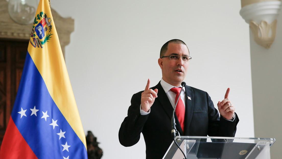 """Arreaza ironiza sobre el """"valioso tuit"""" escrito por una funcionaria del Departamento de Estado sobre las sanciones de EE.UU. contra Venezuela"""