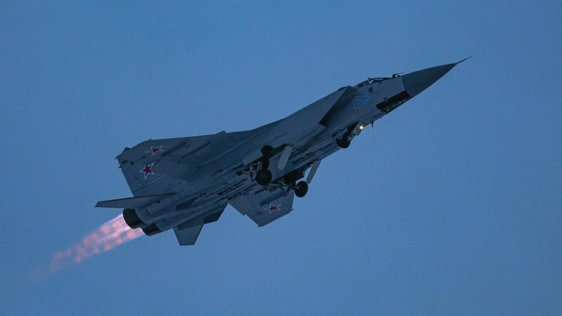 Un MiG-31 ruso escolta un avión de reconocimiento estratégico de EE.UU. sobre el Pacífico