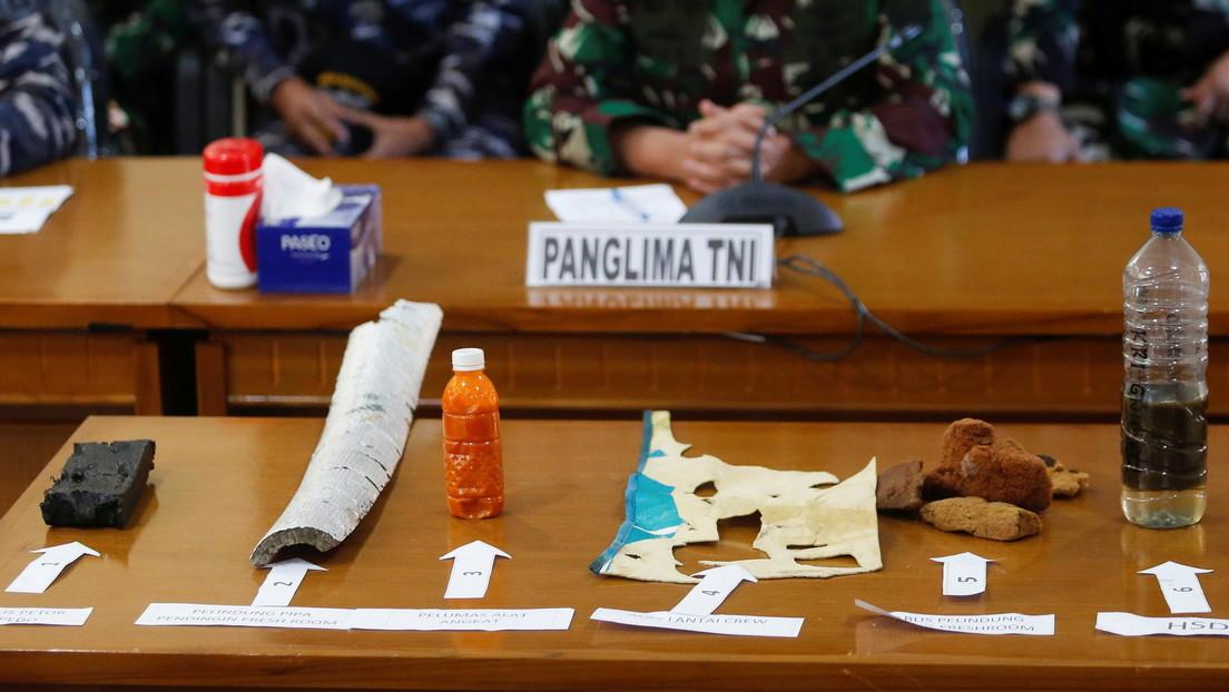 FOTO: La Armada indonesia muestra los artículos encontrados del submarino hundido con 53 tripulantes a bordo