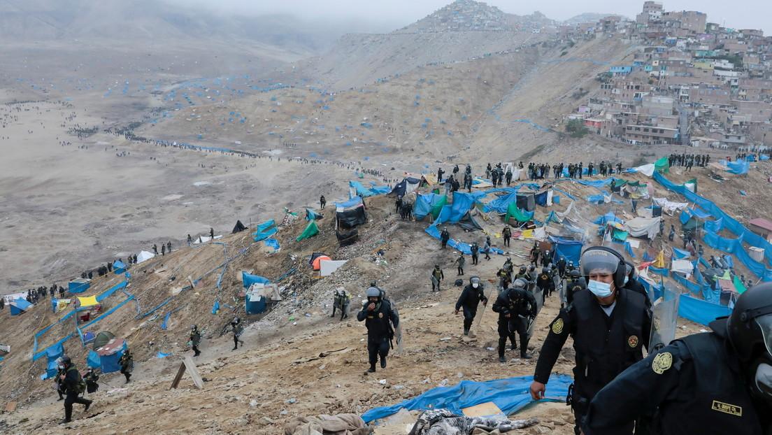 Miles de peruanos que se quedaron sin techo por la pandemia crean un asentamiento temporal en las afueras de Lima (VIDEO)