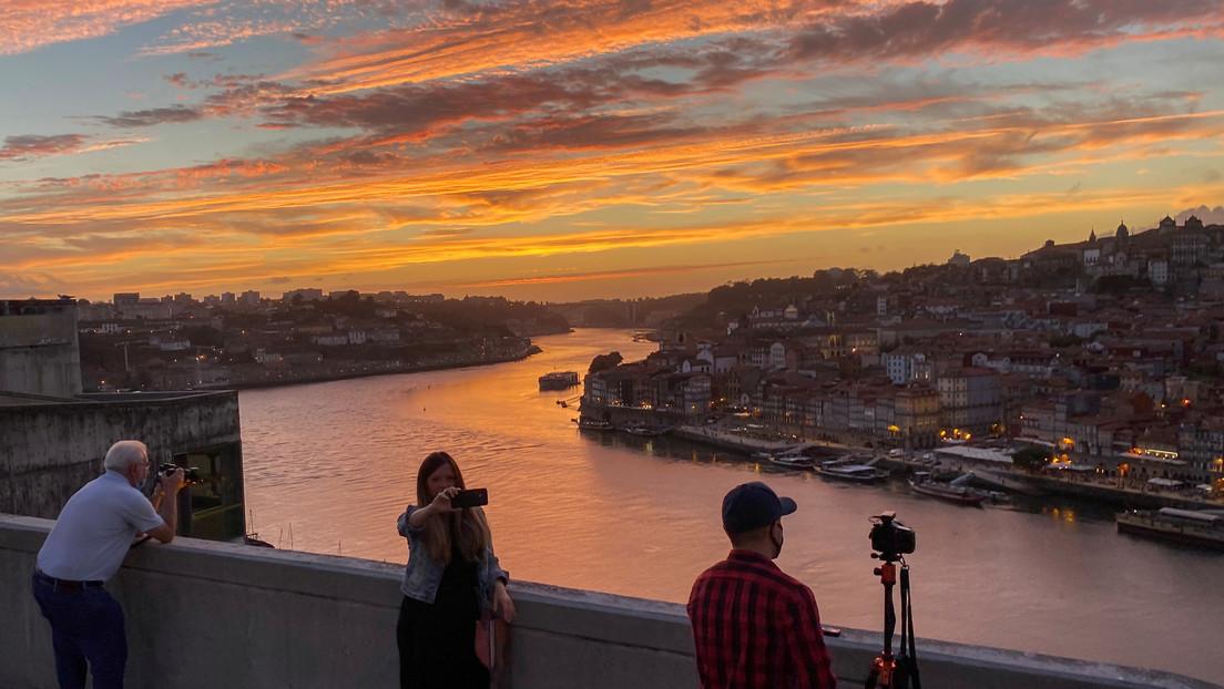 Un desfile de moda estrena en Portugal el puente colgante peatonal más largo del mundo
