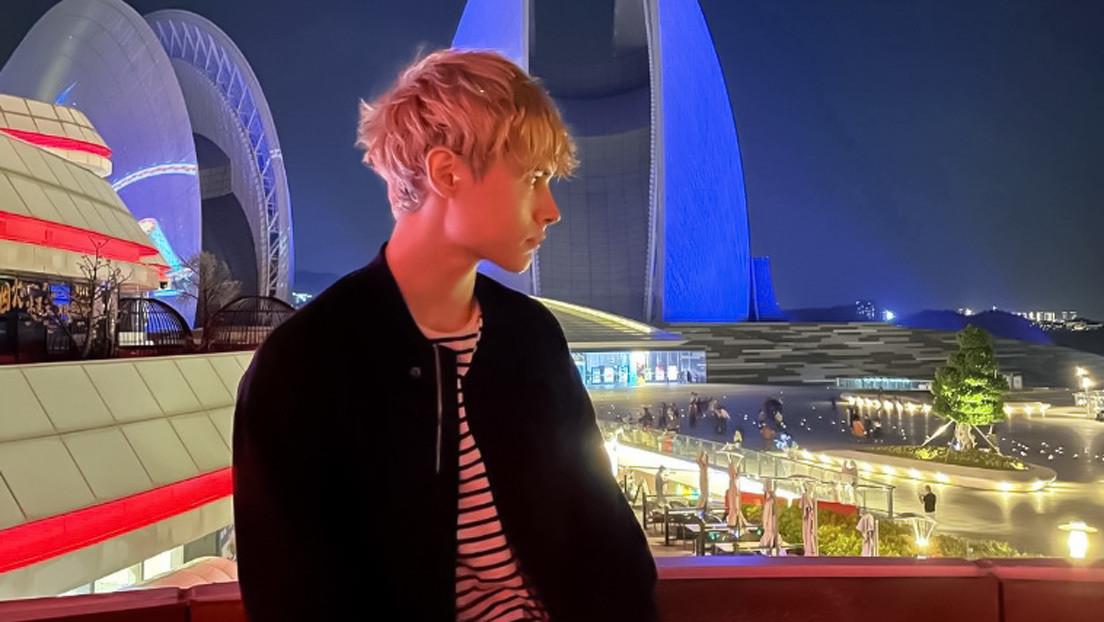 Un ruso se convierte por accidente en una estrella del pop en China y pasa meses en un 'reality show' rogando al público que lo eche