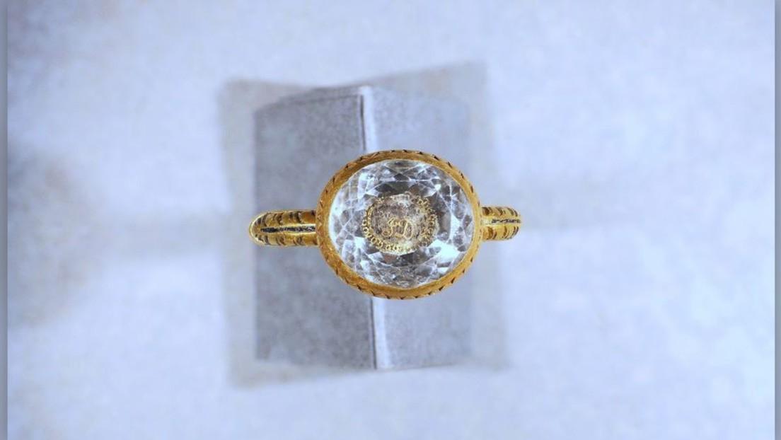 Este anillo de oro se habría elaborado en honor a un conde decapitado durante la Revolución inglesa del siglo XVII (FOTOS, VIDEO)