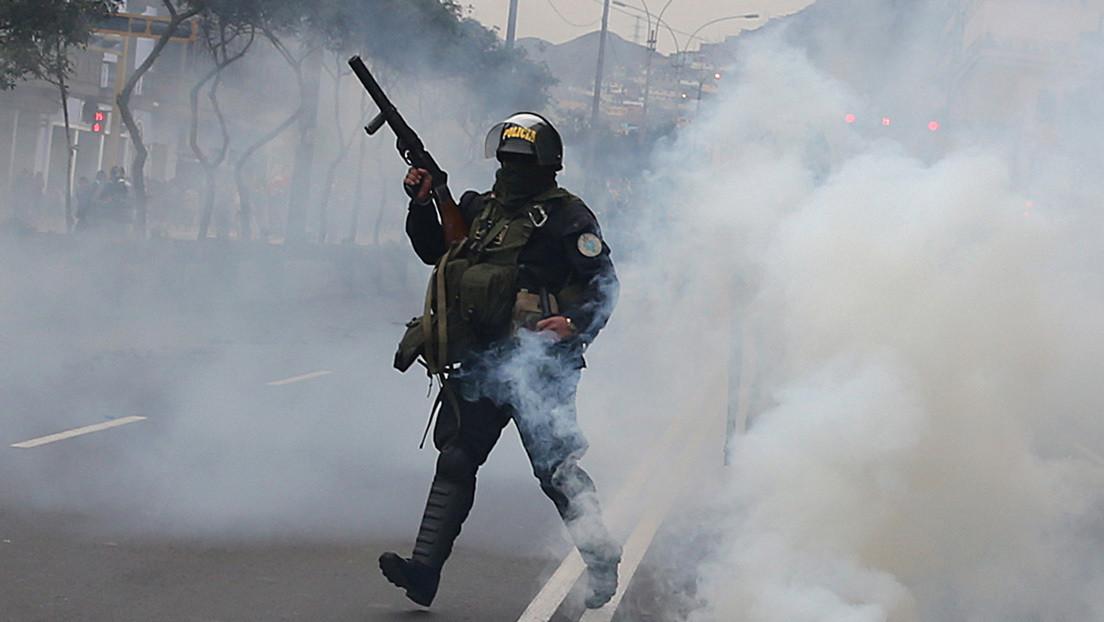 Desalojan con gases lacrimógenos a familias peruanas sin vivienda que habían ocupado un terreno para instalar carpas