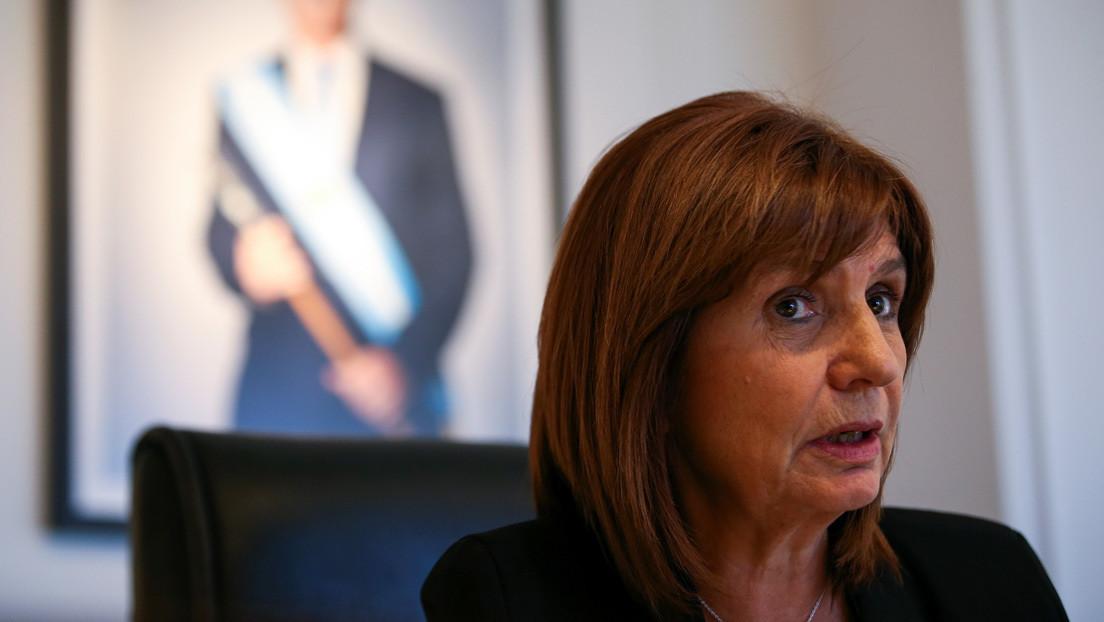 """Una exministra de Seguridad causa indignación en Argentina por proponer """"darle las Islas Malvinas"""" al laboratorio Pfizer a cambio de vacunas"""