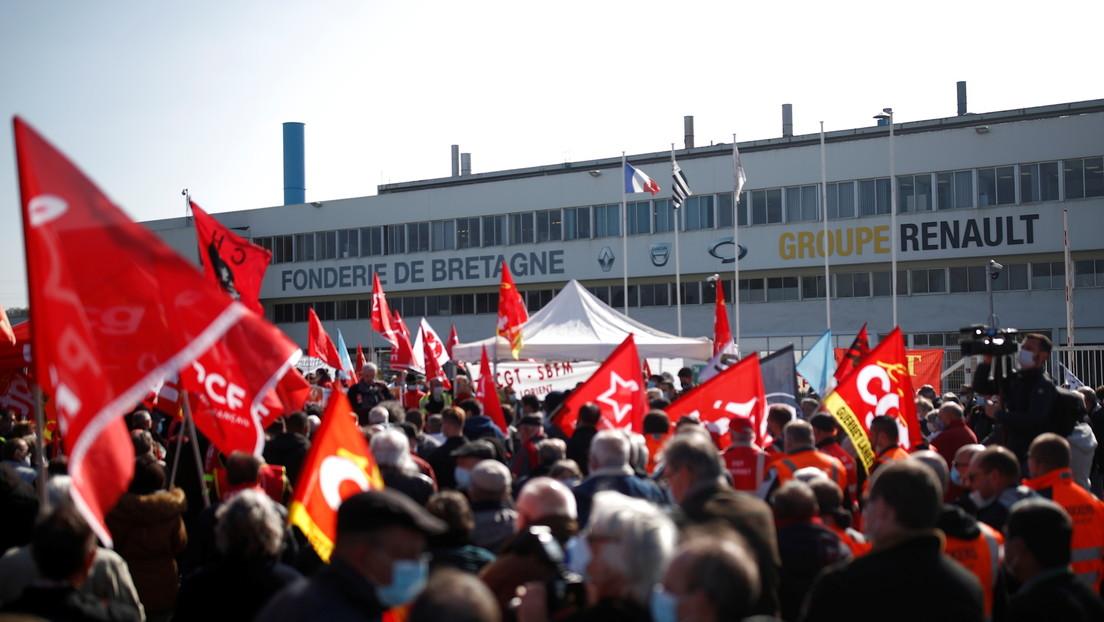 Empleados de Renault retienen a siete directivos en protesta contra la venta de una fábrica