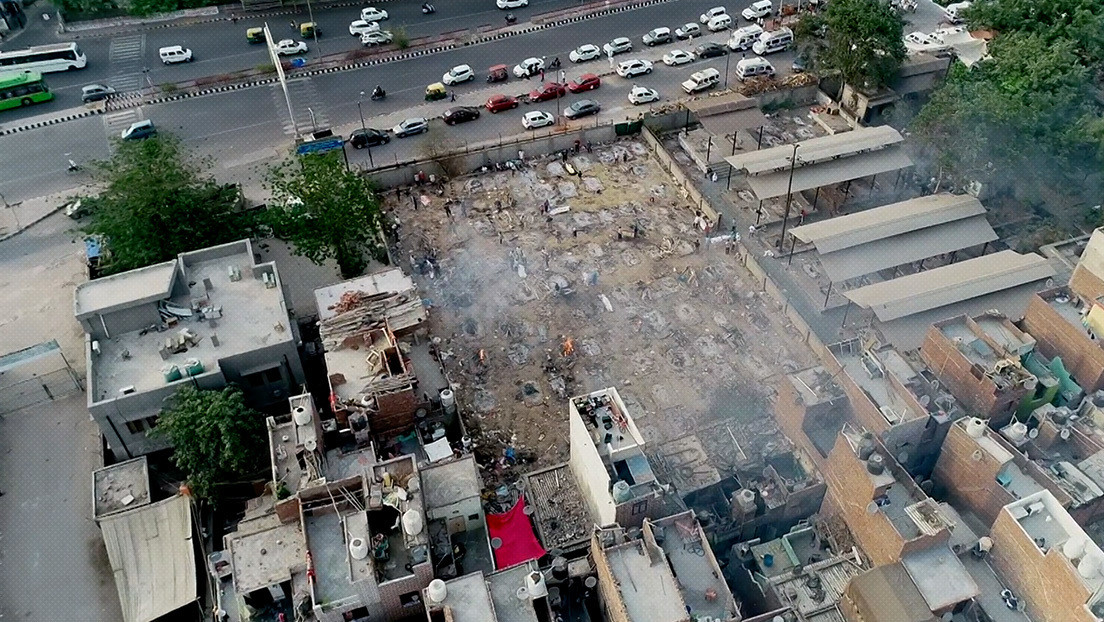 VIDEO: Decenas de piras arden en un crematorio improvisado indio a la vista de dron