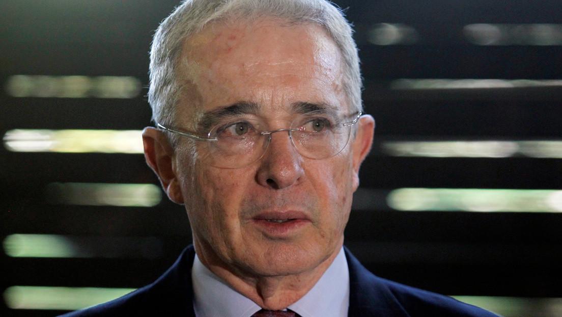 Piden a Twitter suspender la cuenta de Álvaro Uribe por incitar al uso de armas de la fuerza pública contra manifestantes en Colombia