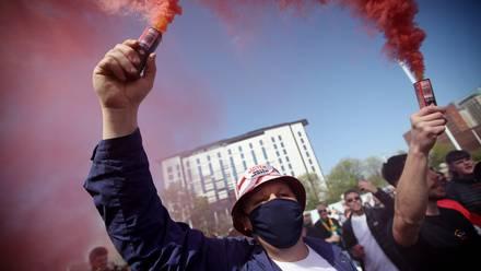 Aficionados del Manchester United protestan contra los propietarios del club a puertas del estadio Old Trafford, el 24 de abril de 2021