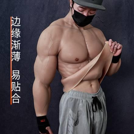 Modelo posa con el traje musculoso