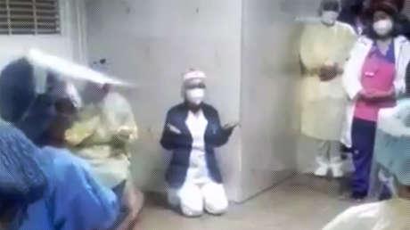 VIDEO: Personal médico de un hospital venezolano se arrodilla para rezar contra el covid-19