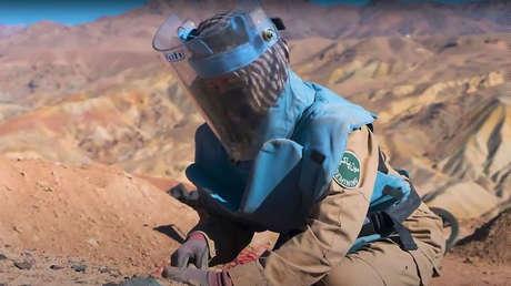 """""""Por el bien de mis hijos"""": Una madre afgana de 26 años arriesga su vida para librar a su país de las minas"""