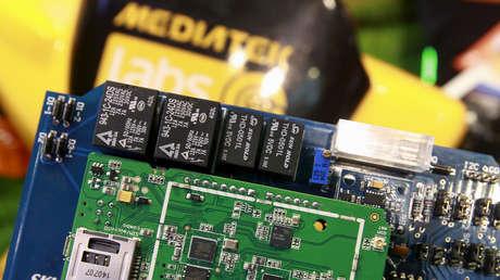 Cómo la escasez de un chip de un dólar influye en los precios de las pantallas de televisores y portátiles en todo el mundo