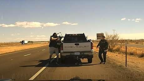 Cámaras policiales captan el momento en que un traficante de drogas mata a tiros a un agente durante un control de tráfico