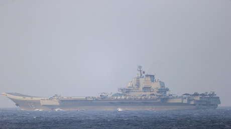 """¿""""Guerra cognitiva""""?: La inusual foto de dos marinos de EE.UU. 'revuelve las aguas' del mar de la China meridional"""