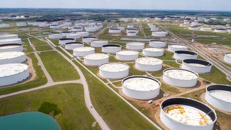 El precio del petróleo podría subir en la segunda mitad de 2021 tras agotarse el excedente de crudo acumulado durante la pandemia