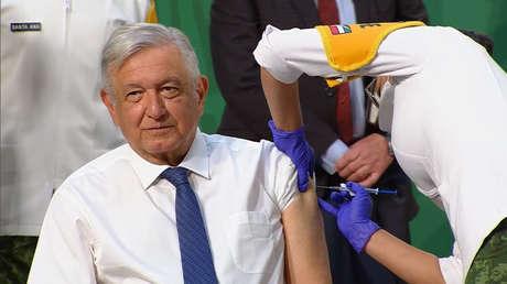 López Obrador recibe la vacuna de AstraZeneca contra el covid-19 durante la conferencia matutina